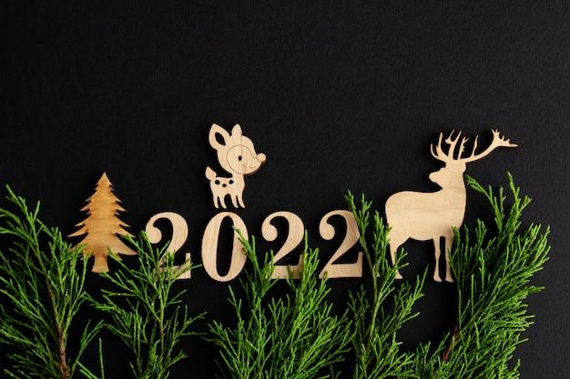 2022 стильная новогодняя композиция на черном фоне деревянный олень копия пространства