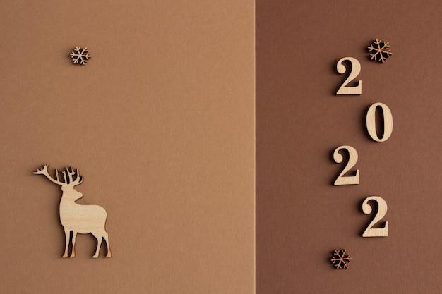 2022 стильная новогодняя композиция на коричнево-бежевом фоне деревянная копия пространства оленя
