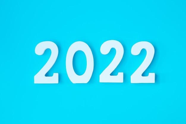 青い背景に2022年の白いテキスト番号。解決、計画、レビュー、目標、開始、年末年始の概念