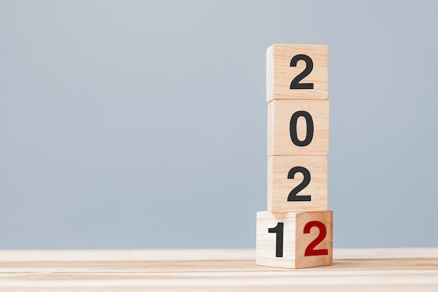 2022 деревянных кубических блоков на фоне стола. решение, план, обзор, цель, начало и концепции новогодних праздников