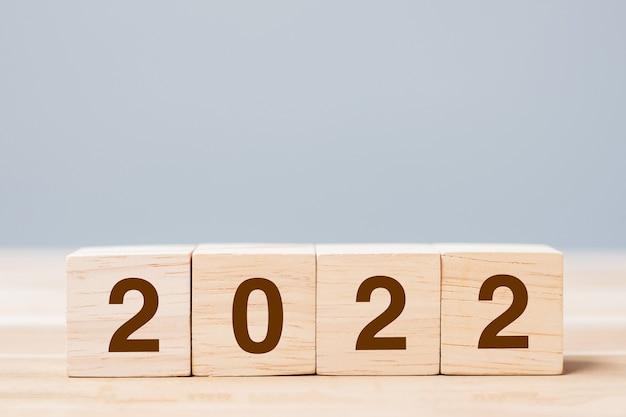 테이블 배경에 2022 나무 큐브 블록입니다. 해결, 계획, 검토, 목표, 시작 및 새해 휴일 개념