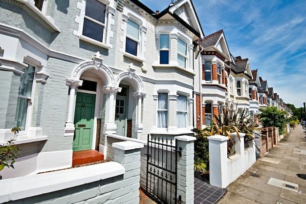 Лондонская улица эдвардианских домов начала 20 века в солнечный день