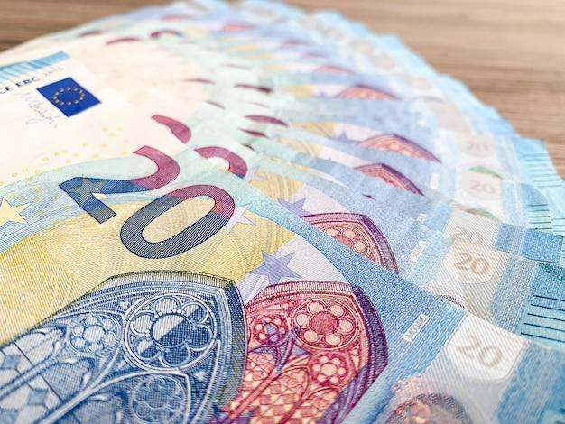 テーブルの上のファンのように横たわっている20ユーロの名目値を持つ紙幣