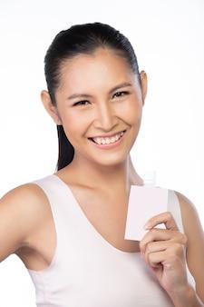 20 대 아시아 젊은 여성은 아름다운 부드러운 피부와 미백이 있습니다. 소녀는 아침에 일어나서 치료 로션을 사용하는 것처럼 신선한 웃음을 느낍니다.