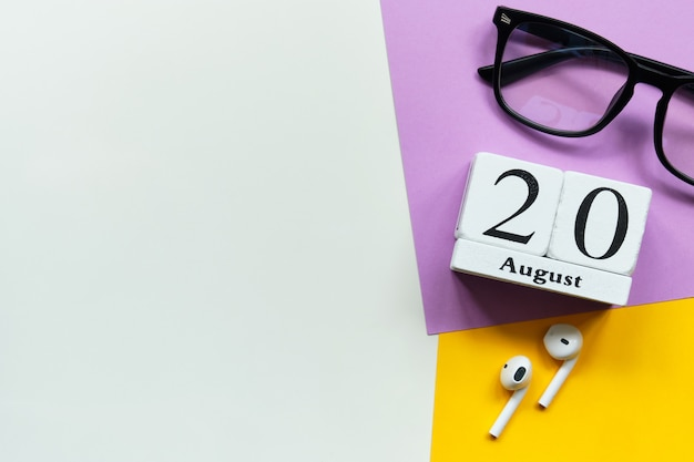 Концепция календаря месяца двадцатого августа двадцатый день на деревянных блоках с копией пространства