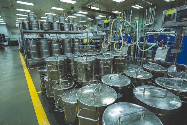 2020年9月21日タイ、チョンブリステンレス鋼タンク工場発酵槽を備えたモダンな小型タンククリームセラー。