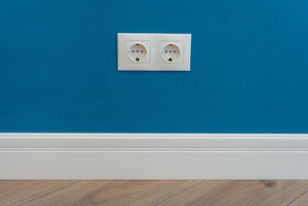 Стенная электрическая розетка европейского стандарта 220 вольт на стене