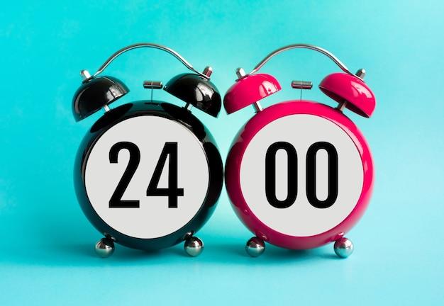 目覚まし時計の前にテキストで24時間の概念