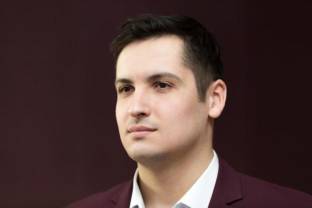 スーツを着た25-30歳のハンサムな若い男。