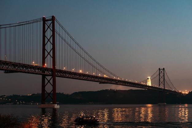25 апреля мост пейзаж и христос король в лиссабоне, португалия