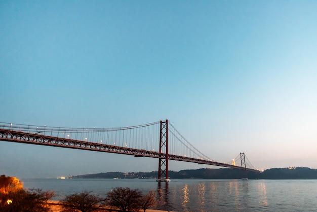 25 апреля мост пейзаж в лиссабоне, португалия