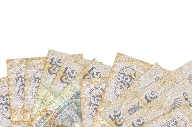 Банкноты 25 египетских пиастров лежат в нижней части экрана, изолированного на белой стене с копией пространства.