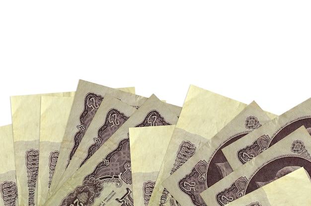 Банкноты 25 российских рублей лежат на нижней стороне экрана, изолированного на белой стене с копией пространства.