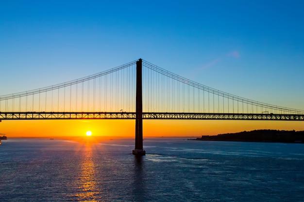 日の出、リスボン、ポルトガルの4月25日橋