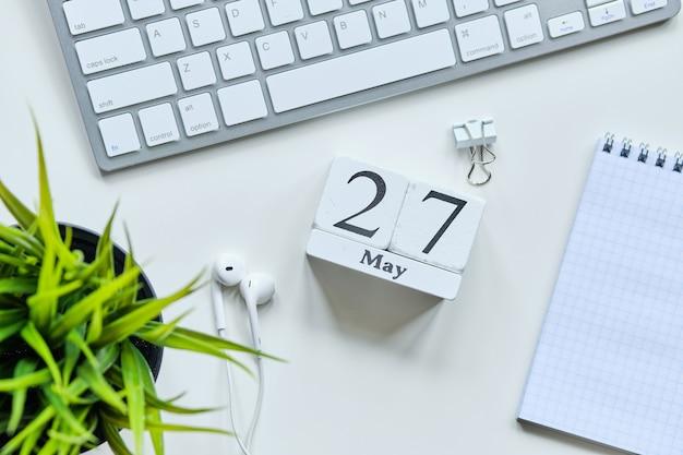 27 27の日5月の月間カレンダーコンセプト木製ブロック。