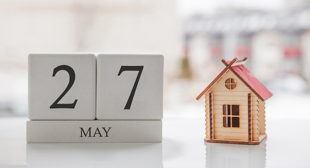 Майский календарь и игрушечный дом. 27 день месяца. сообщение карты для печати или запоминания