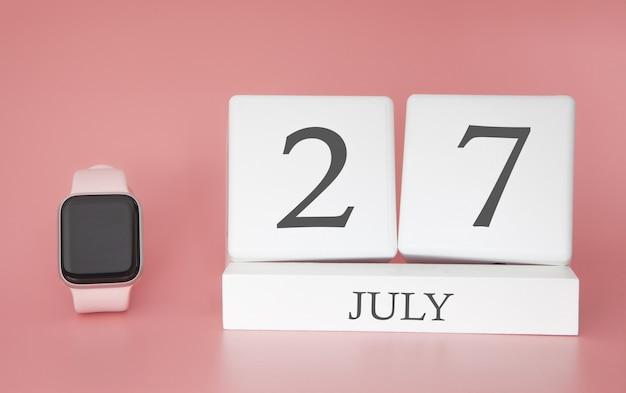 Современные часы с кубическим календарем и датой 27 июля на розовой стене. концепция летнего отдыха.