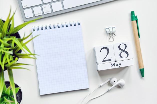 28 28日5月の月間カレンダーコンセプト木製ブロック。コピースペース。