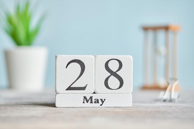 28 28日5月の月のカレンダーコンセプト木製ブロック。