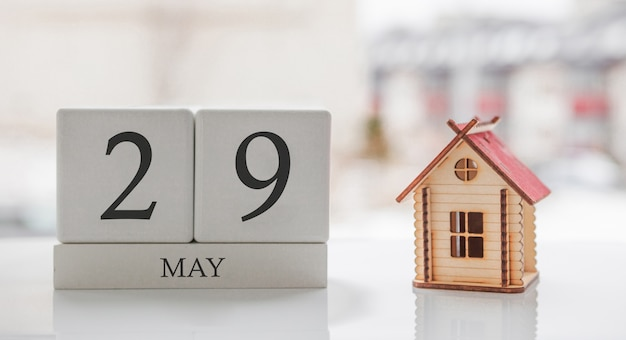 Майский календарь и игрушечный дом. 29 день месяца сообщение карты для печати или запоминания