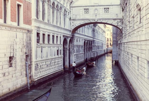 ヴェネツィアの狭い運河に浮かぶ2つのゴンドラ