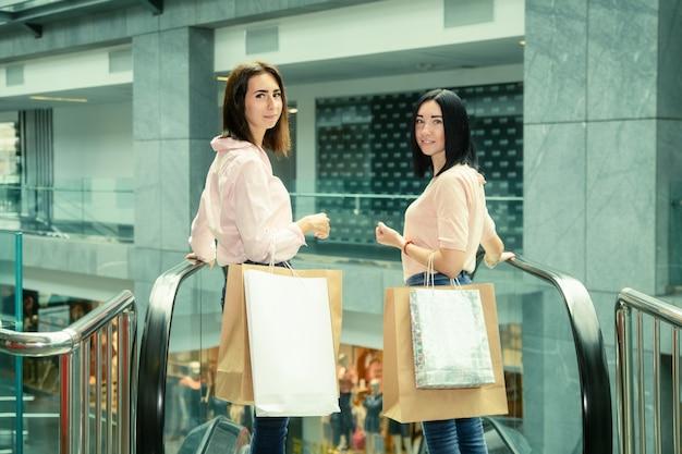ショッピングモールでの2つのブルネットの若い女性