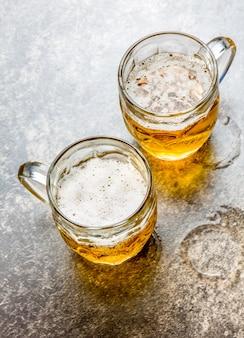 石の上のビールの2つのマグカップ