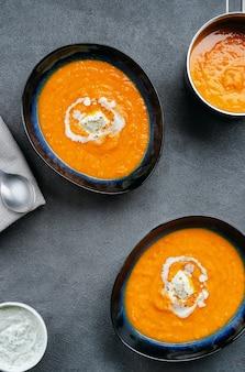 2つのプレートプレートと鍋にカボチャのスープの平面図