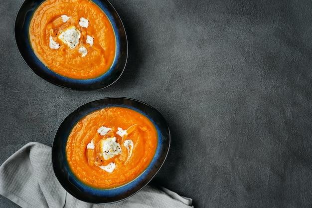 2つの皿にカボチャのスープの上から見る