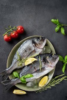 暗い灰色の表面に2つの生のドラド魚のトップビュー