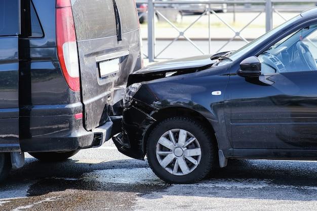 2台の車の衝突。バンパーとフードが壊れている。