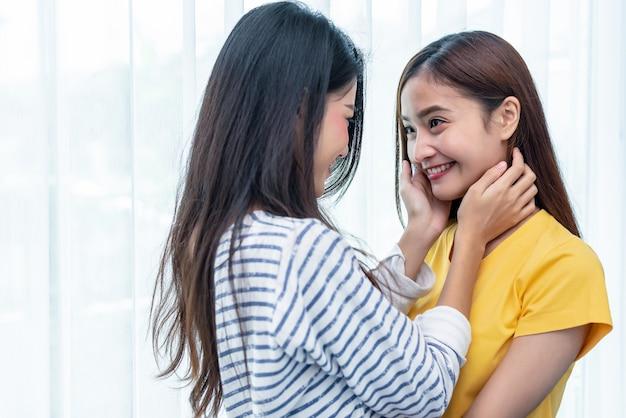 自宅でお互いを見ている2人のアジア人女性。人とライフスタイルのコンセプト。