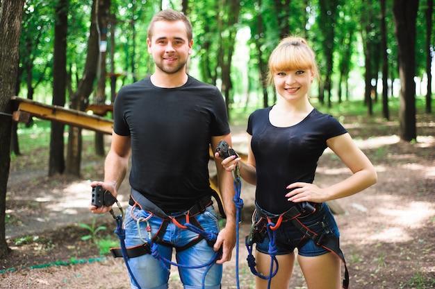 ロープパークでのハイキング2人の若者
