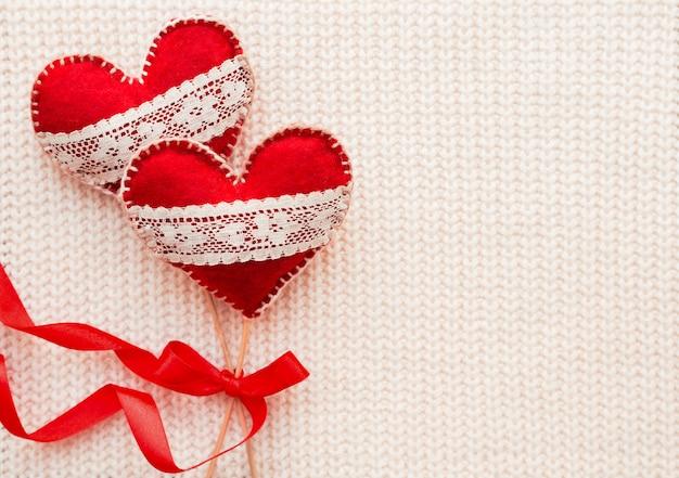 レース、愛の象徴である2つのフェルトハートで織られた白。