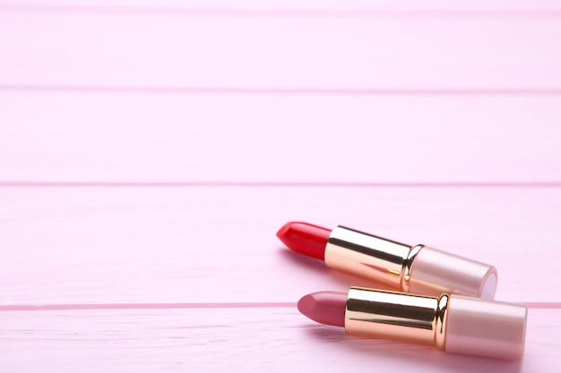 ピンクの2つのピンクの口紅をクローズアップ