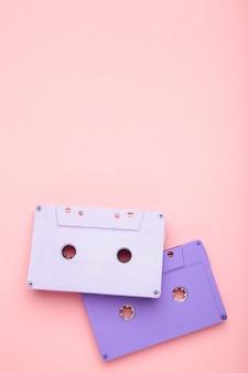 ピンクの背景の2つの古いカラフルなカセット。音楽の日