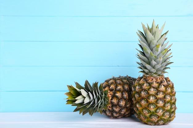 コピースペースで青い背景に2つの熟したパイナップル