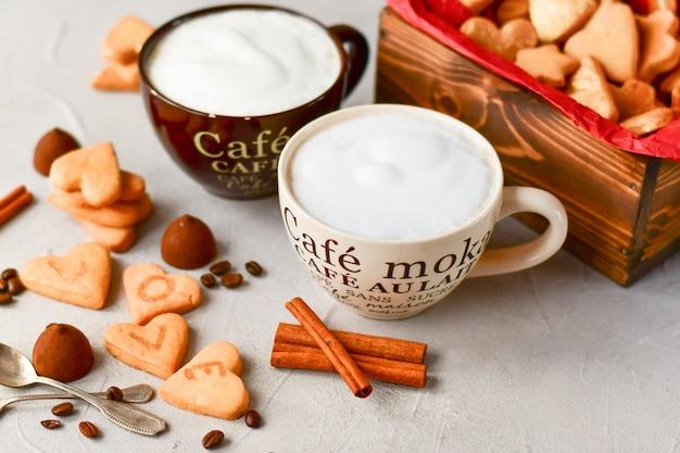 2杯のコーヒーとハートの形のクッキー。ロマンチックな朝食、ロマンチックなバレンタインデー
