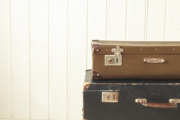 2つの古いレトロなスーツケースホワイトウッドヴィンテージティンティング