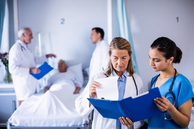 2人の女性医師が患者の医療レポートをチェック