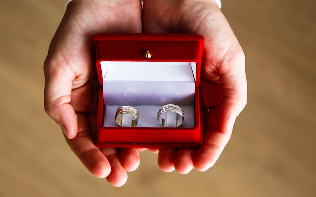 婚約のための2つのリングを持つ赤いボックスのクローズアップ