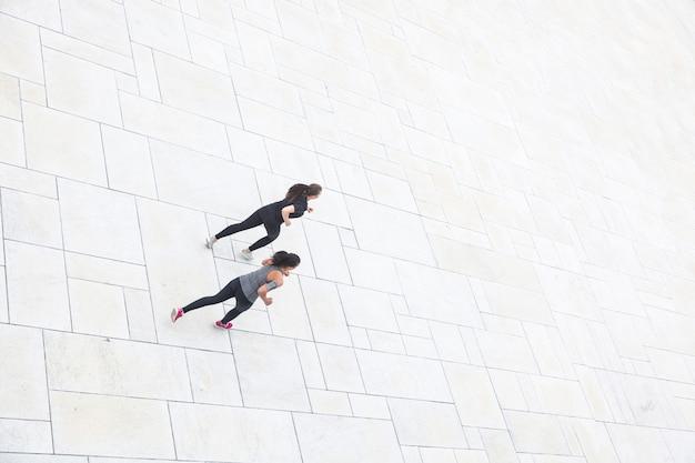 都市、空撮で走っている2人の女性