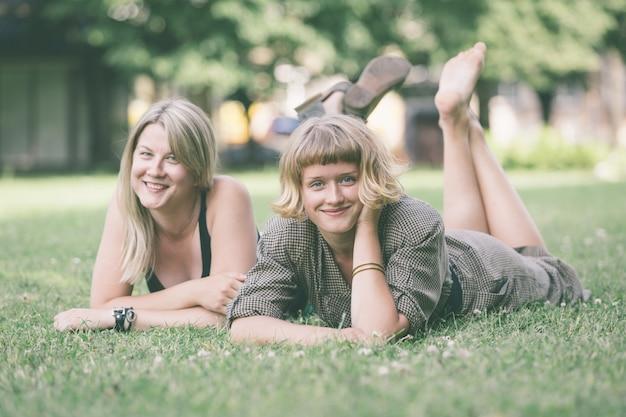 芝生の上に横たわる2人のロシア人少女