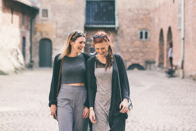 オスロの古い要塞を訪れる2人の美しい北欧の女の子