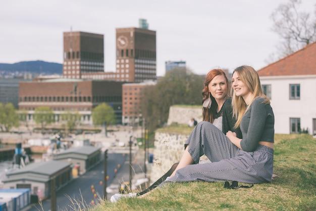 オスロで暇な時間を楽しんでいる2人の美しい北欧の女の子