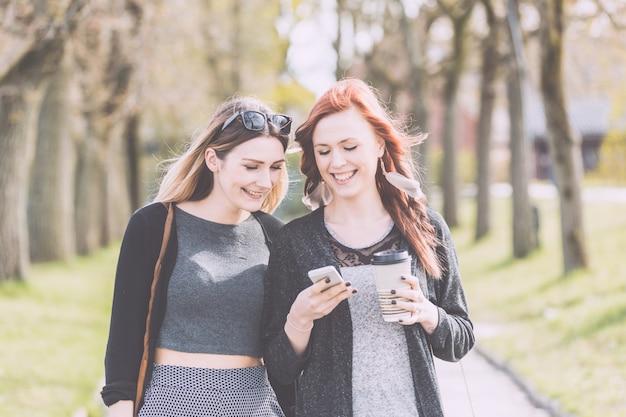 オスロの公園を歩いて2人の美しい北欧の女の子