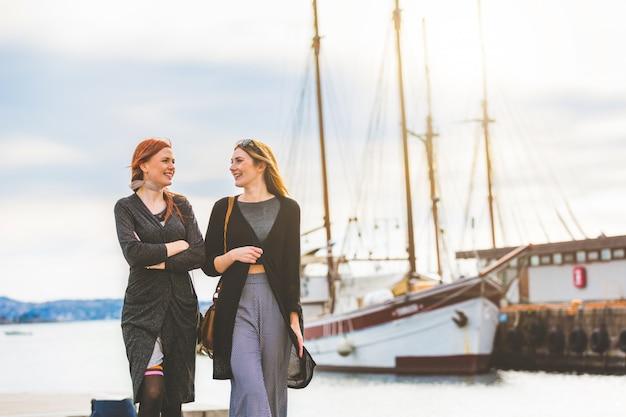 オスロ港を歩いて2人の美しい女の子
