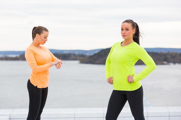 2人の女性がトレーニングを始める準備をして
