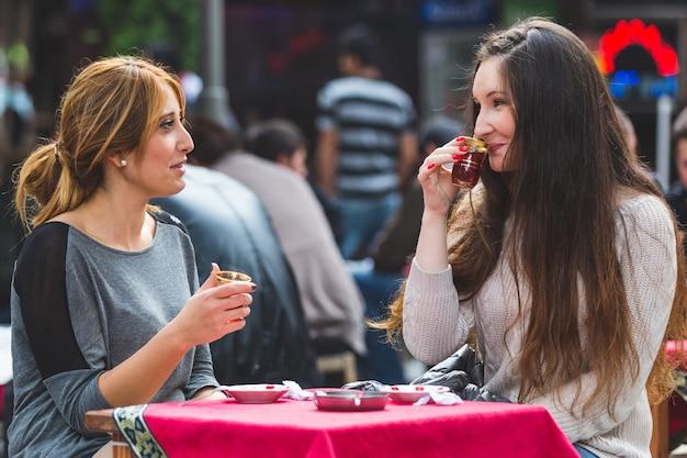 イスタンブールのケイ、伝統的なトルコの紅茶を飲む2人の女性