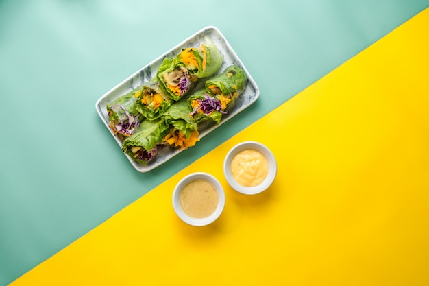 2種類のドレッシングのフレッシュベジタブルサラダ。